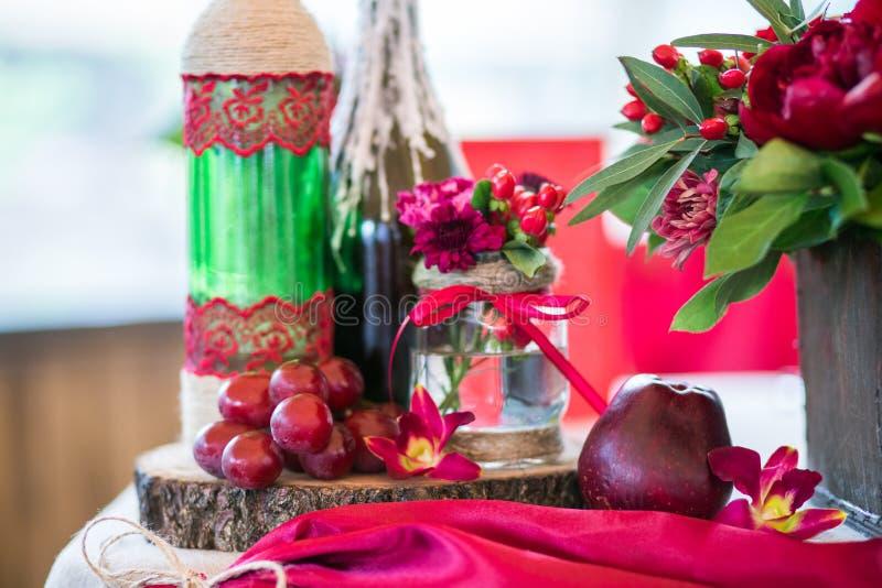 Un ensemble de table de mariage pour diner d'amende ou un événement approvisionné différent dans des couleurs rouges images libres de droits