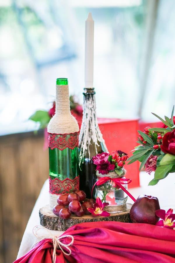 Un ensemble de table de mariage pour diner d'amende ou un événement approvisionné différent dans des couleurs rouges photographie stock