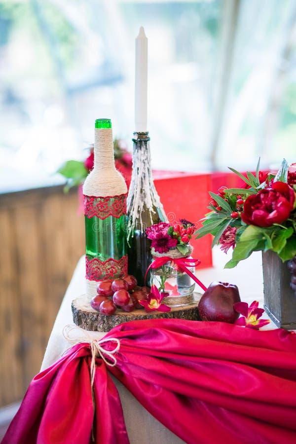 Un ensemble de table de mariage pour diner d'amende ou un événement approvisionné différent dans des couleurs rouges images stock