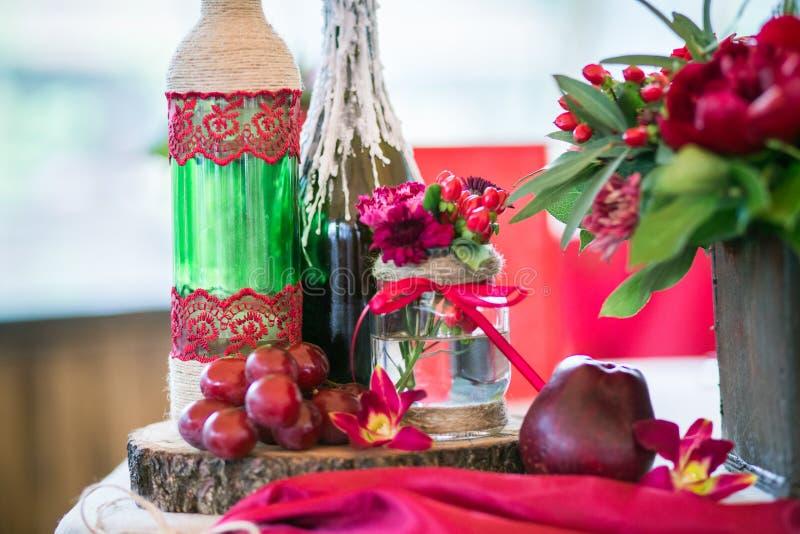 Un ensemble de table de mariage pour diner d'amende ou un événement approvisionné différent dans des couleurs rouges photos stock