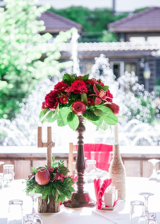 Un ensemble de table de mariage pour diner d'amende ou un événement approvisionné différent dans des couleurs rouges photographie stock libre de droits