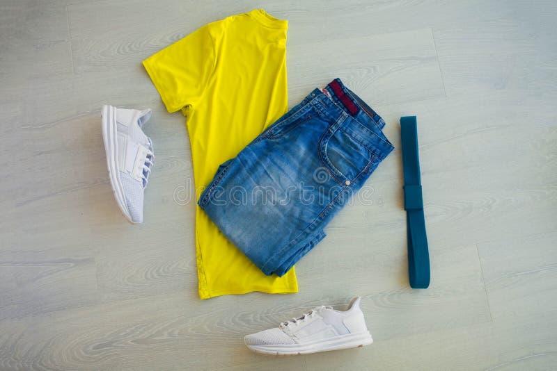 Un ensemble de vêtements sport pour l'homme image stock