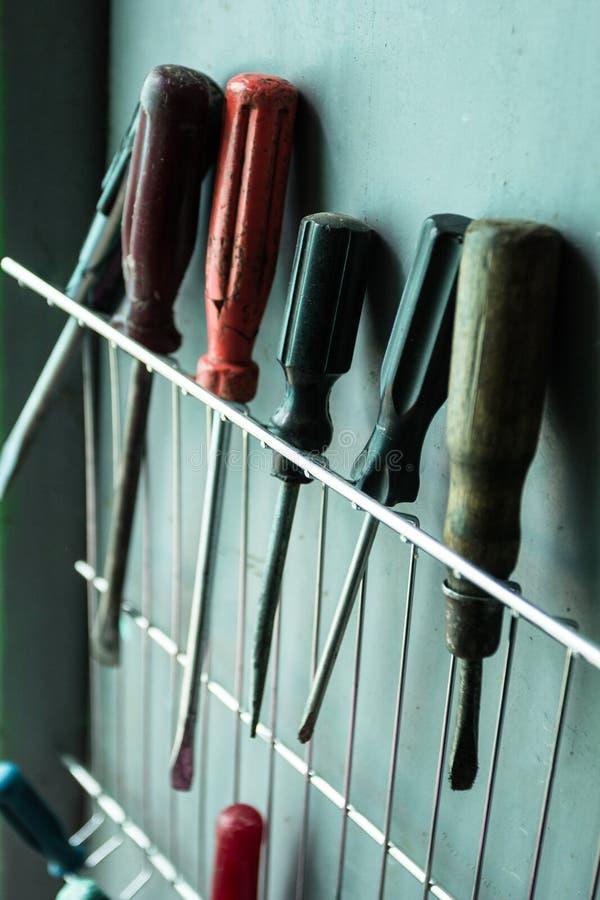 Un ensemble de vieux outils dans le garage photographie stock