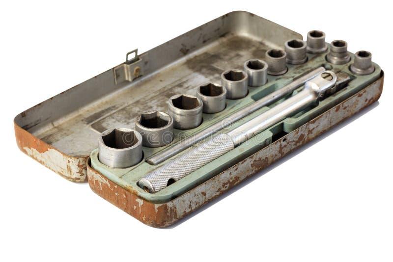 Un ensemble de voiture avec des têtes de rochet dans une vieille boîte en métal images stock