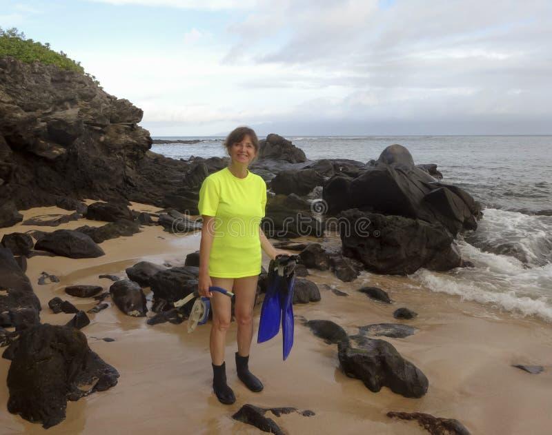 Un ensemble heureux de Snorkeler pour entrer dans l'eau, baie de Kapalua, Maui, baie d'aubépine photographie stock