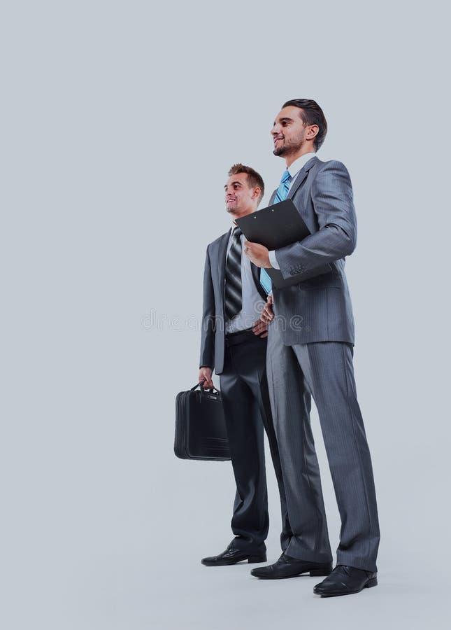 Un ente completo di due uomini d'affari giovani felici, isolato su bianco immagine stock