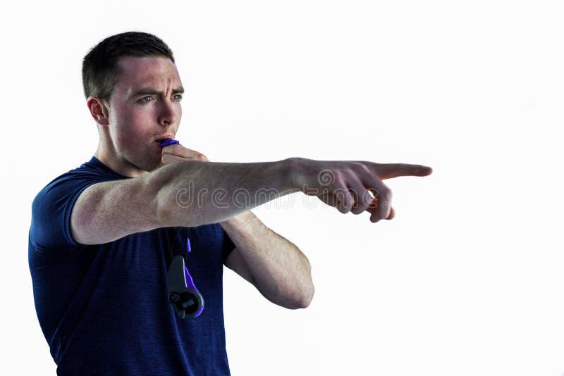 Un entraîneur attentif soufflant le sien sifflement photos libres de droits