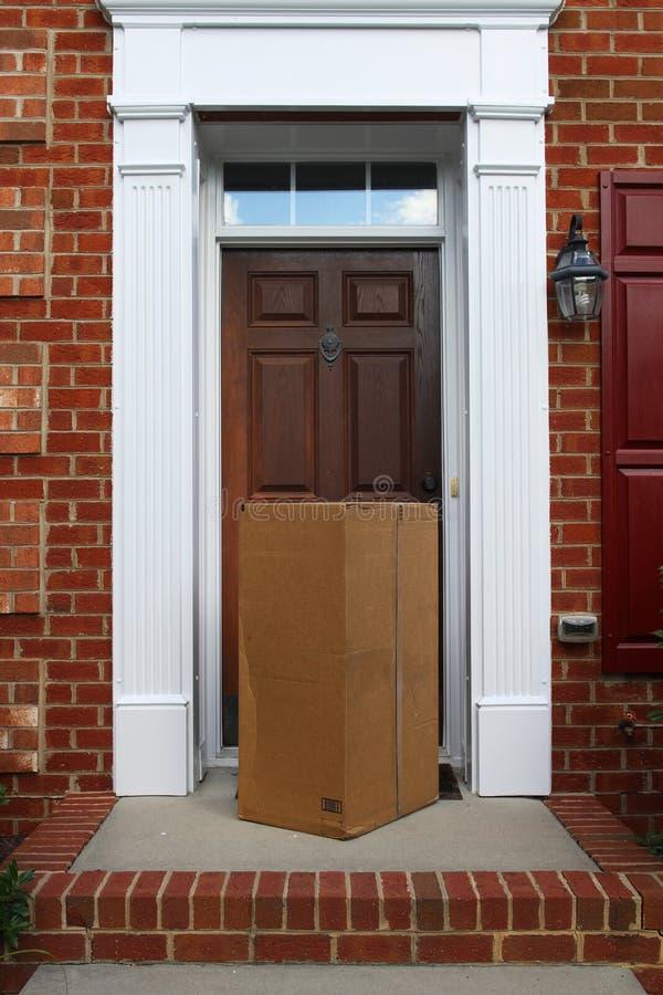 Un envío entregado en una caja grande imágenes de archivo libres de regalías