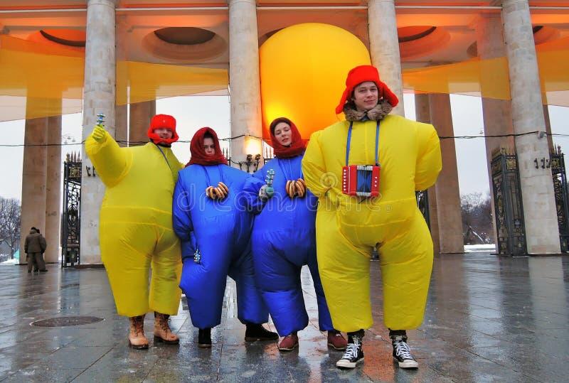 Un equipo de actores de la calle en trajes del carnaval presenta para las fotos foto de archivo libre de regalías