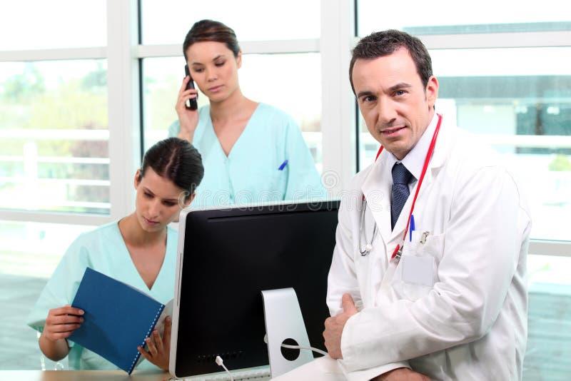 Un equipo de profesionales médicos fotos de archivo libres de regalías