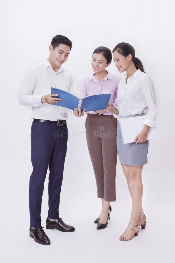 Un equipo del negocio que habla junto fotografía de archivo