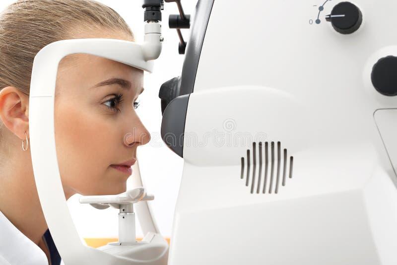 Un esame di occhio, il paziente nella clinica di oftalmologia fotografia stock libera da diritti