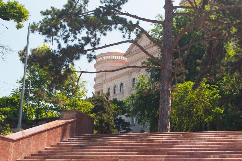 Un escalier de granit menant à un vieux bâtiment antique image stock
