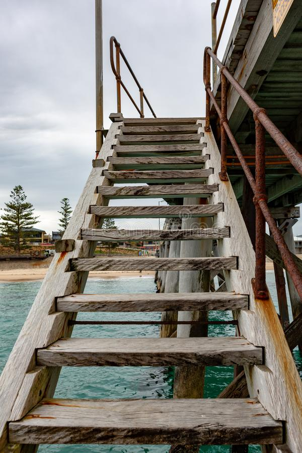 Un escalier de jetée menant vers le bas à l'eau au port Noarlunga ainsi images libres de droits