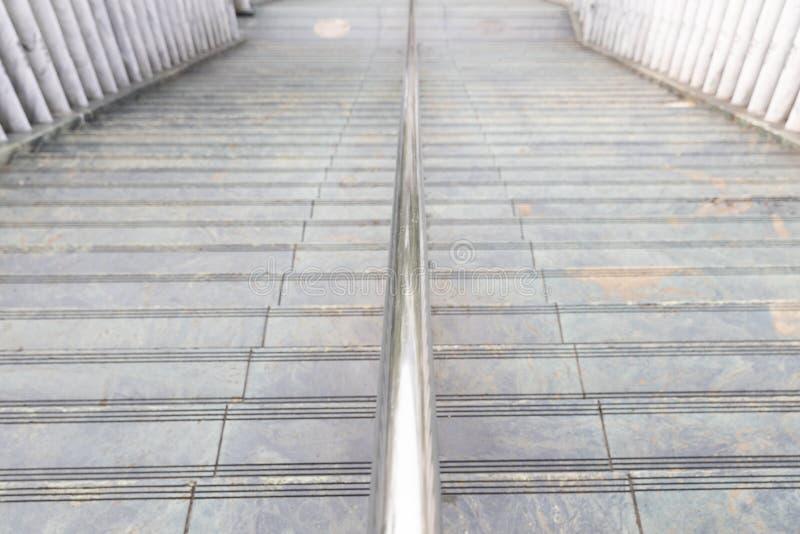Un escalier de marbre en pierre d'étape et une balustrade métallique au temple japonais photographie stock