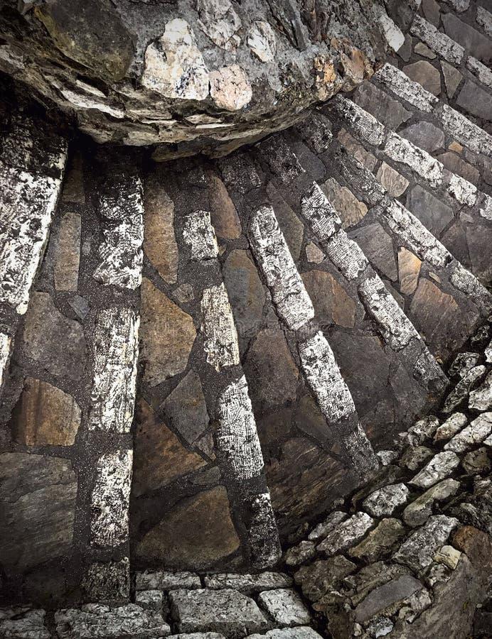 Un escalier en spirale en pierre antique, France, d'en haut images libres de droits
