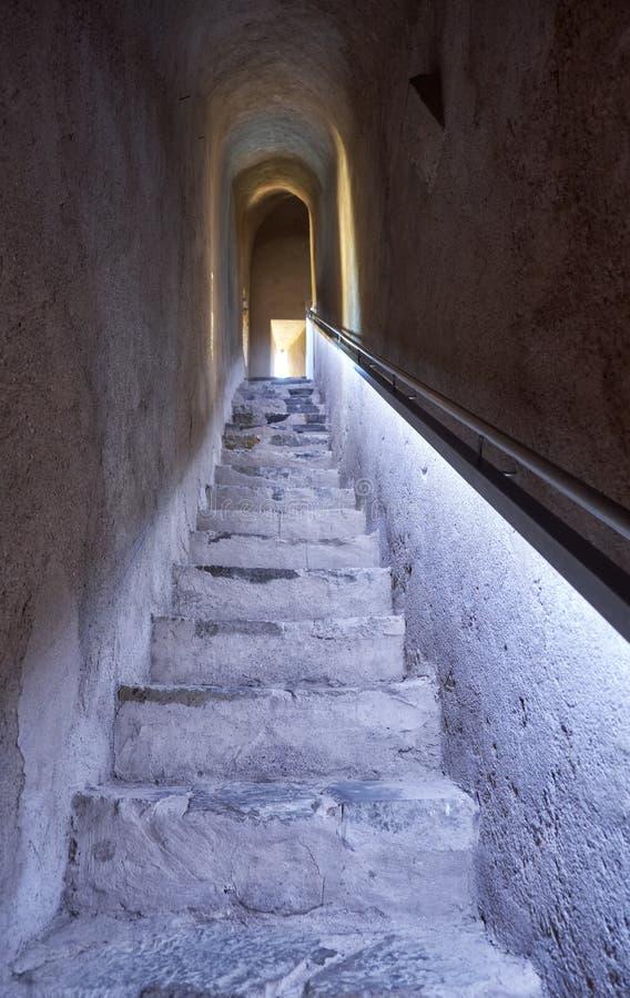 Un escalier menant au deuxième plancher de la tour de conservation de Mer photo stock
