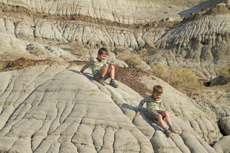 Un'escursione dei due ragazzini fotografia stock libera da diritti