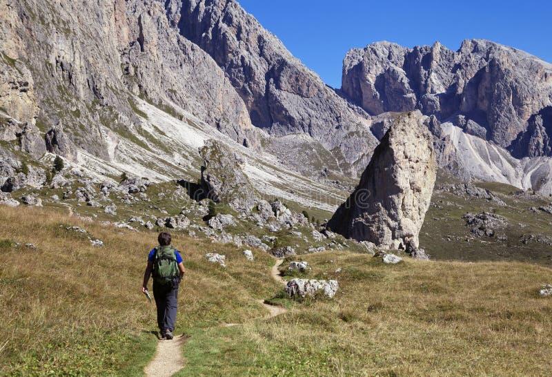 Un'escursione turistica in Val di Gardena nelle dolomia immagini stock