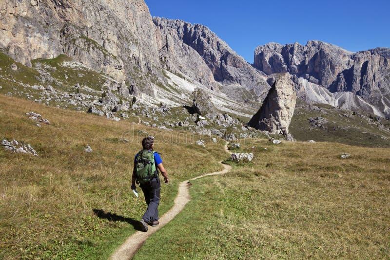 Un'escursione turistica in Val di Gardena nelle dolomia fotografia stock libera da diritti
