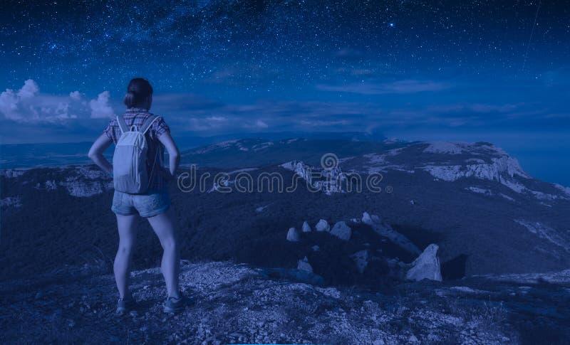 Un'escursionista sotto il cielo stellato fotografia stock