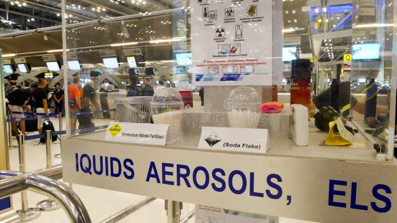 Un esempio degli oggetti proibiti in cabina ed in bagaglio controllato Le informazioni per il turista nel divieto dell'aeroporto  immagini stock