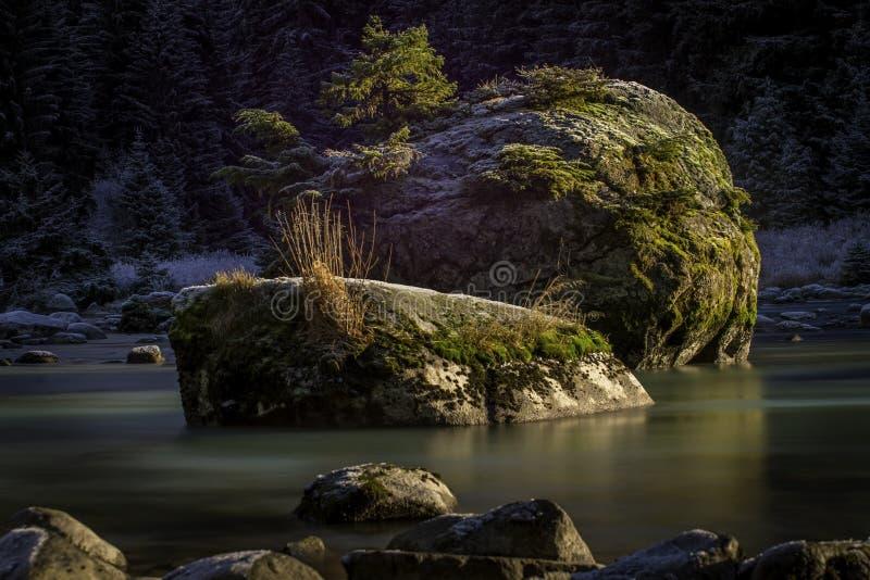 Un'esposizione lunga del fiume in Hans Alaska fotografia stock libera da diritti