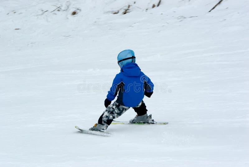 Un esquí en declive del muchacho fotografía de archivo