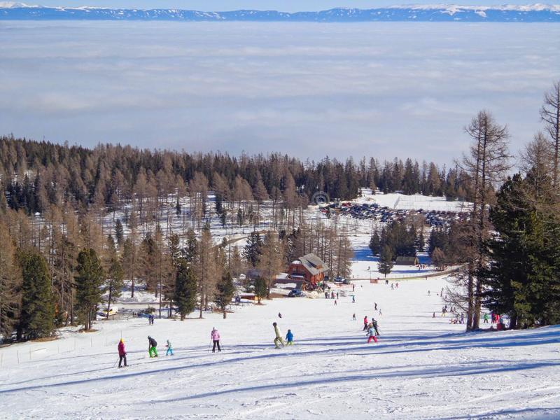 un esquí-funcionamiento con la gente en él imágenes de archivo libres de regalías