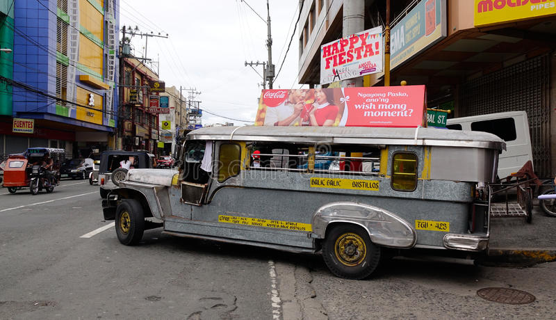 Un estacionamiento del jeepney en la calle en Manila, Filipinas imágenes de archivo libres de regalías