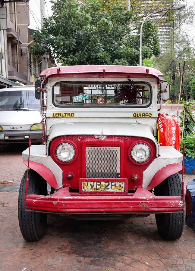 Un estacionamiento del jeepney en la calle en Manila, Filipinas imagen de archivo
