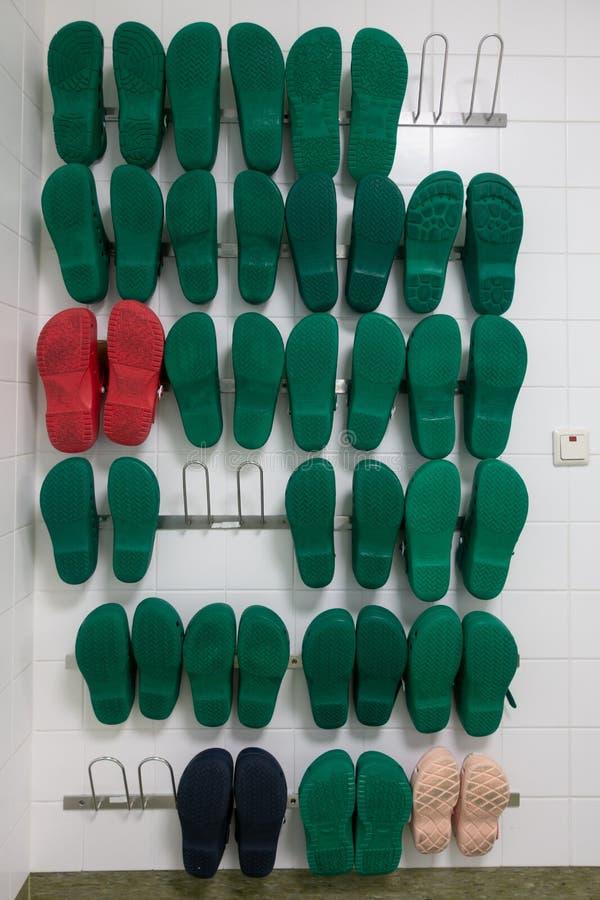 Un estante con varios zapatos quirúrgicos fotos de archivo