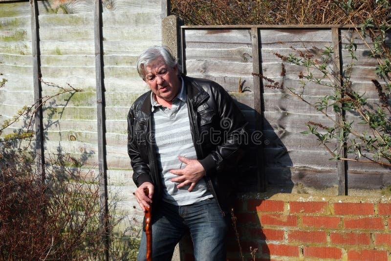 Uomo che si sente male, dolore di stomaco. fotografie stock libere da diritti