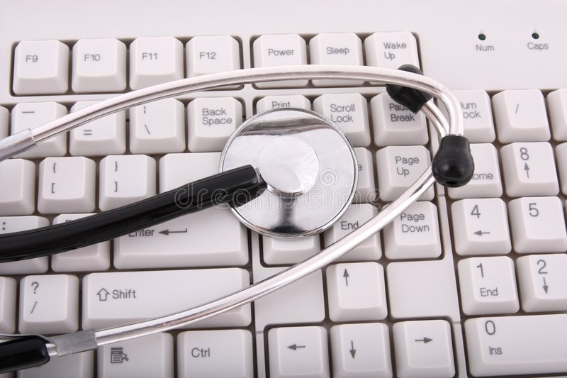 Un estetoscopio en un teclado de ordenador imágenes de archivo libres de regalías