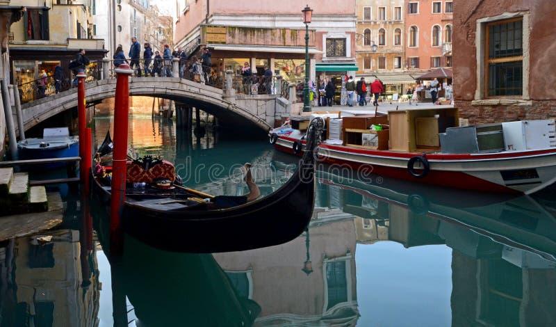 Un estiramiento de un canal en Venecia con los barcos y los edificios coloridos en un día de invierno soleado foto de archivo libre de regalías