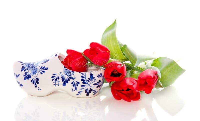 Un estorbo holandés con los tulipanes rojos fotografía de archivo