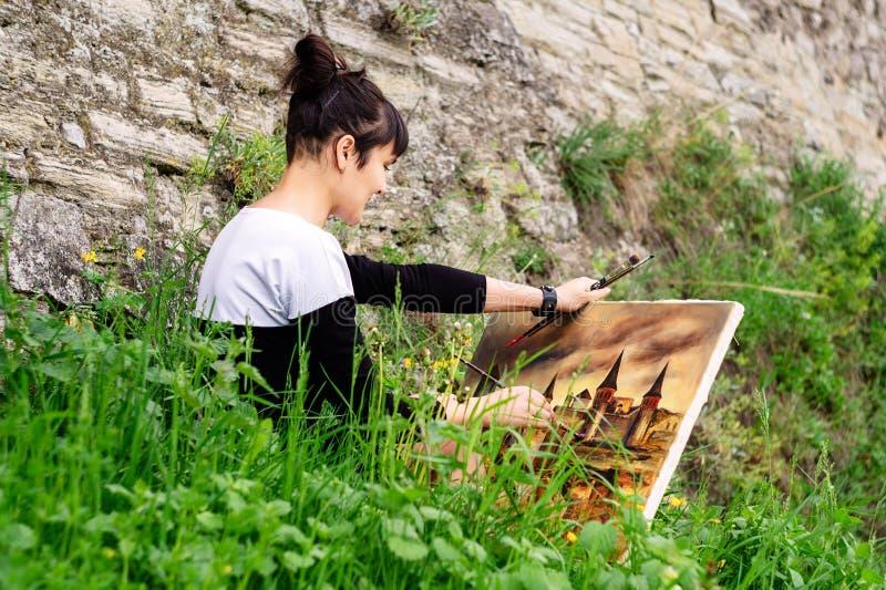 Un estudiante joven del artista pinta una imagen fotografía de archivo