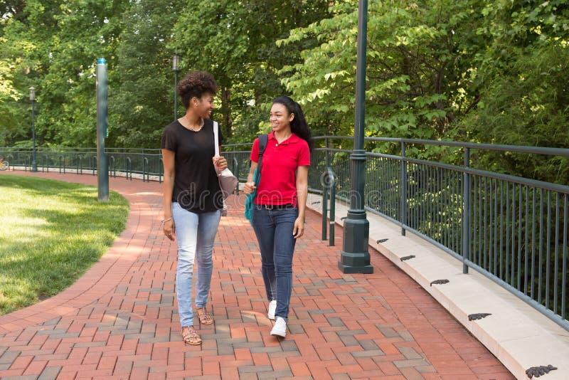 Un estudiante universitario que camina en campus foto de archivo