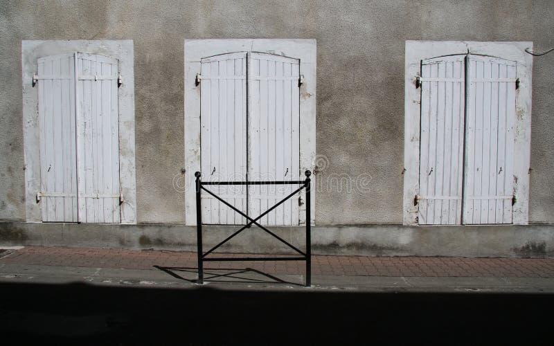 Un estudio del puertas de madera viejas, shuttered imagenes de archivo