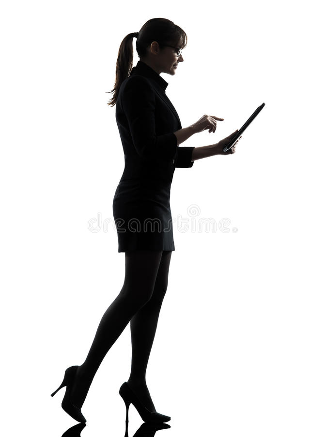 Tabla digital que mecanografía computacional del ordenador de la mujer de negocios que camina fotos de archivo libres de regalías