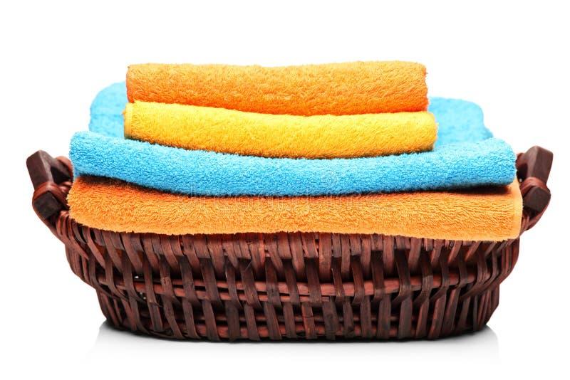 Un estudio tiró de toallas coloridas en una cesta imagen de archivo