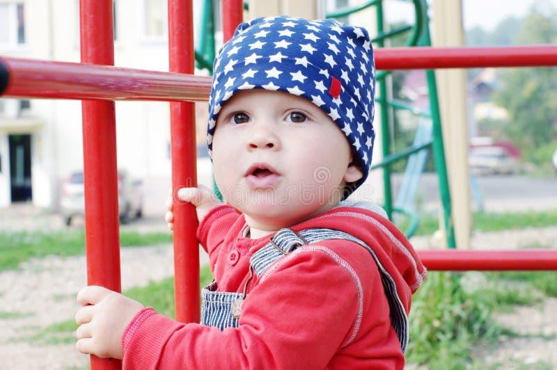 Un'età del bambino di 10 mesi sul campo da giuoco immagine stock