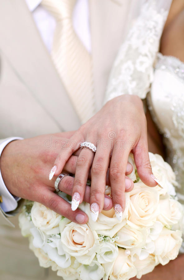 Un etude di cerimonia nuziale è a colori, anelli di cerimonie nuziali immagine stock