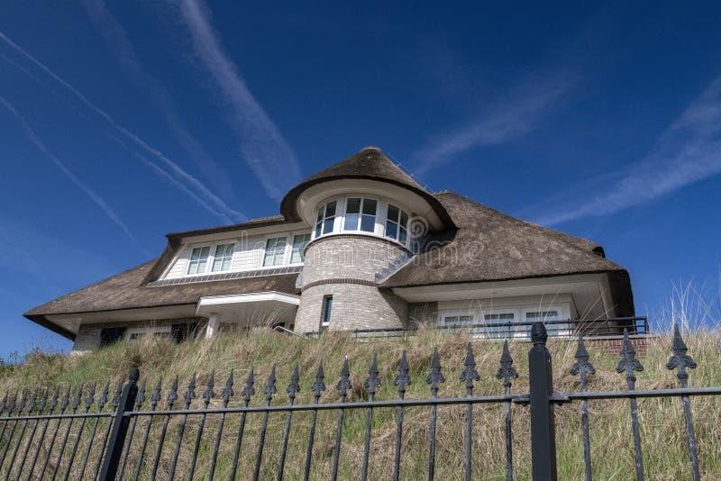 Un exemple fin d'un toit couvert de chaume en Hollande images libres de droits
