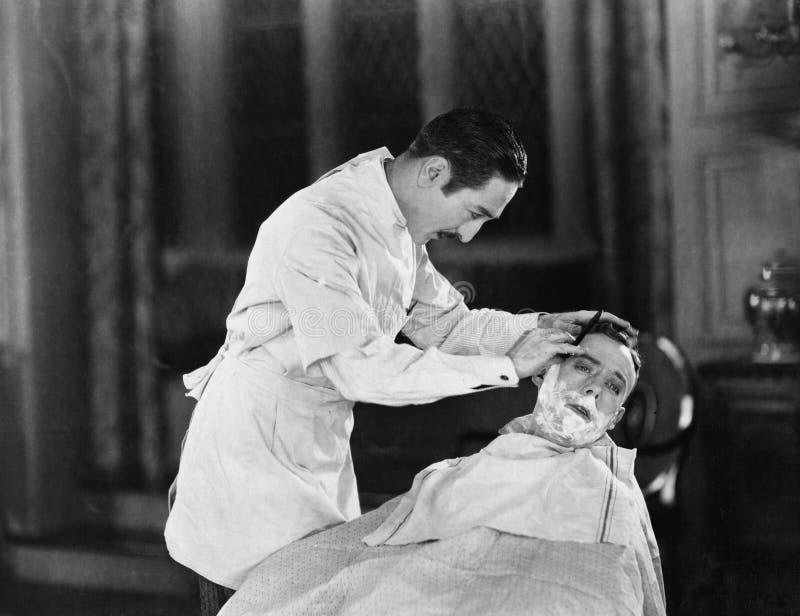 Un experto en los afeitados cercanos (todas las personas representadas no son vivas más largo y ningún estado existe Garantías de imagen de archivo libre de regalías