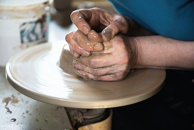 Un fabricante y un ceramicist del cord?n crear las ilustraciones fotografía de archivo