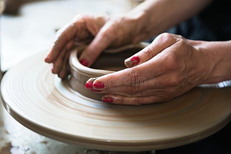 Un fabricante y un ceramicist del cord?n crear las ilustraciones imágenes de archivo libres de regalías