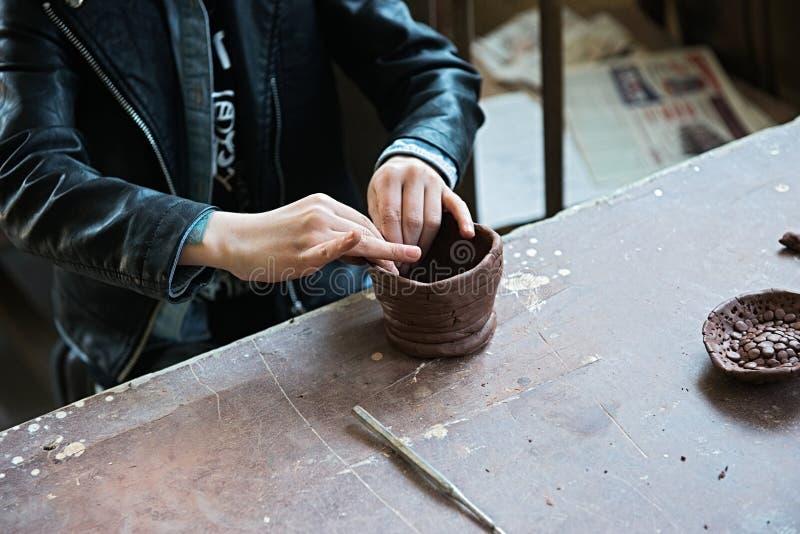 Un fabricante y un ceramicist del cord?n crear las ilustraciones imagenes de archivo