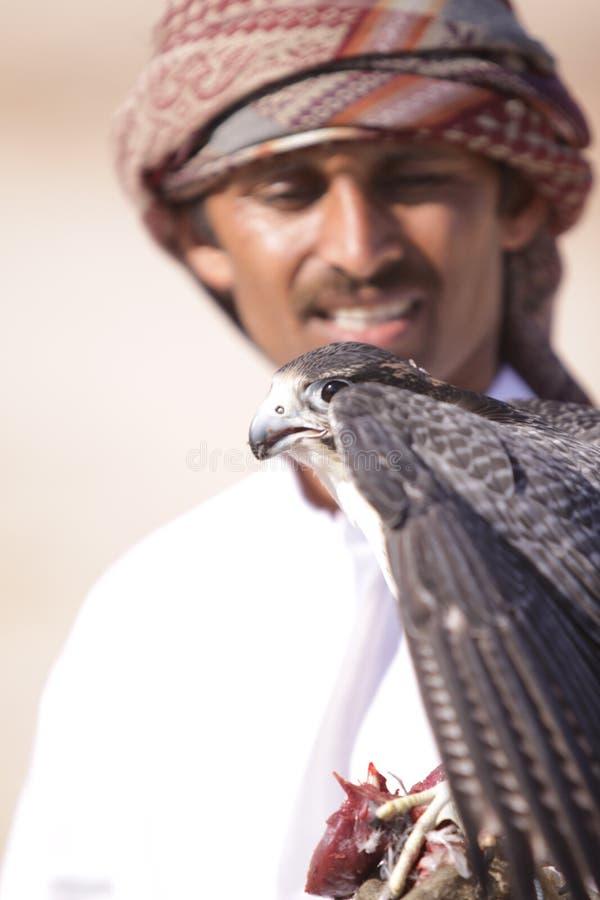 Un falconiere con il suo straniero fotografia stock
