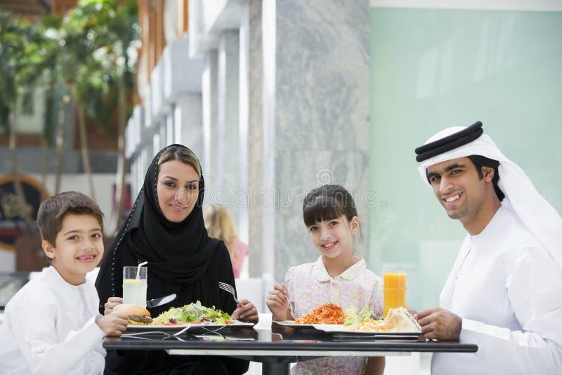 Un famille du Moyen-Orient appréciant un repas photo stock